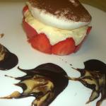 Dessert du chaudron: Pudding aux fraises, crème chocolat blanc, sauce chocolat chicorée et palet