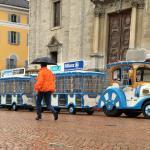 Trenino Artù auf der Piazza Collegiata - auch bei Regen ein schöner Ausflug