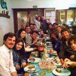 Cenando con amigos en el Hostel del Mar