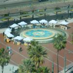 La plaza con su fuente, negocios y pérgola desde la Noria