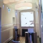Chambre spacieuse avec salle de bain qui donne sur la place du Capitole. Ruelle un peu bruyante.