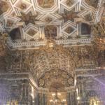 Teto e altar ao fundo