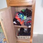 armario ocupado por ropas del dueño de la casa