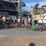 Onze fietsgroep voor de garage van het hotel.