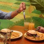 Las hamburguesas son acompañadas con unas ricas papas.