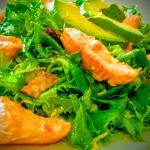 ensalada de salmón, avocado y aceite de naranja
