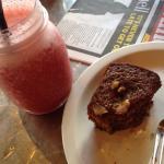 Raspberry smoothie juice and ginger gem cake