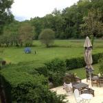 Un salon de jardin pres de la piscine et vue d'un jardin