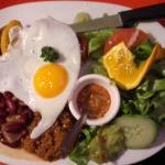 c'est une Bandeja paisa (viande hachée, haricots rouges, oeuf au plat, riz, lard grillé, banane