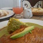 Otro favorito oferente de chorizo en una salsa de frijol aguacate y pastel de elote en salsa ver