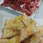 Assiette de charcuterie et pain tomate