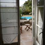 Vu de la terrasse et de la piscine à partir de la chambre