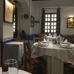Chuletillas de lechal auténticas, tiernas Y exquisitas. El gazpacho andaluz, delicioso.  la tart