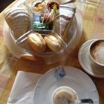 """Frühstück - lecker mit selbergemachter marmelade, frischem Kuchen und """"richtigen"""" Brötchen"""