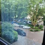 Zimmeraussicht auf den kostenlosen Parkplatz