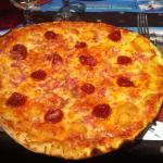 une pizza grande, mais dénuée de garniture