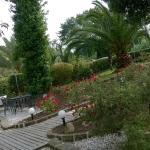 le magnifique jardin devant l'hôtel