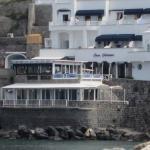 Blick vom Meer auf das Restaurant/Hotel