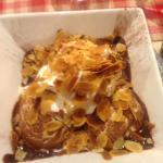 glace de vanille au chocolat chaud chantilly et amande grillé