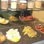 Este foi o café da manhã servido na área de alimentos no qual é adequado para os hóspedes.
