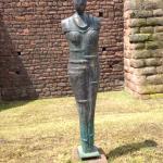 """""""Wächterin"""", 2007, vom Wormser Künstler Horst Rettig, Torturmplatz,  Symbol für die Trümmerfraue"""