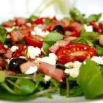Salada de tomate com espinafres majericão e queijo feta