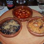 Entrantes del menú degustación. Judiones del Barco, patatas revolconas, y revuelto de morcilla