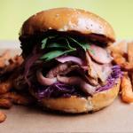 Brisket Burger, Hauchdünne Rinderbrust, Barbecue, Rotkohlsalat, eingelegte Zwiebel & Süßkartoffe
