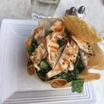 Salade Ceasar w/grilled chicken in eatable bowl