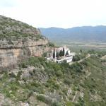 Vista de la Ermita de la Pietat desde los abrigos de la roca