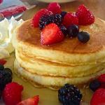 pancakes con frutta e sciroppo acero