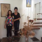 Norka y su hija Isabel en la escalera de la sala de estar