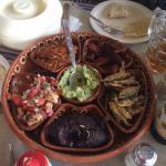 Charola tradicional: Tegogolos, anguila,carne de chango,topotes, frijoles y guacamole.