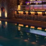piscine et bar le soir
