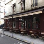 Tables en terrasse dans rue peu passante