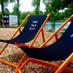 W Leśna Fun&Grill można wypocząć na wygodnych leżakach.