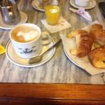 Cafe  bueno, medialunas 7 puntos. Atención rápida y atenta. Ambiente agradable y bien decorado.