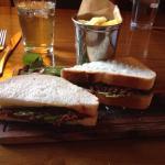 Mon repas, un bon petit sandwich et un crumble pomme framboise.  Bon et équilibré.