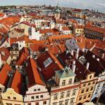 Крыши старой Праги со смотровой площадки часовой башни.