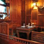 Wood crafted decor and 3 mins walk from train station and coach station