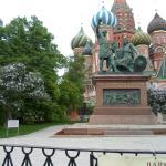 Памятник и Покровский собор великолепно смотрятся среди цветущих кустов сирени