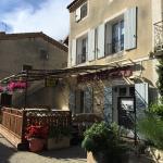 Entrée restaurant avec terrasse