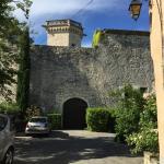 Entrée du château à deux pas de l'hôtel