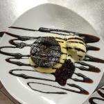 Tortino caldo al cioccolato con crema chantilly