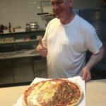 La mejor pizza por el mejor pizzero! Económico y un ambiente muy agradable 😊