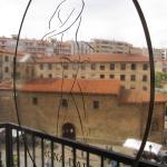 Anagrama del hotel en cristal del balcón