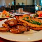 """Das Schnitzel """"Strindberg"""": Solide Qualität, auch wenn die Bratkartoffeln wärmer sein könnten."""
