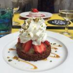 Sable breton comptée et rhubarbe fraises de St Pol de Léon, crème chantilly maison et aérienne :
