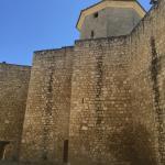 Detalle de muralla y torre ochavada desde la entrada al castillo