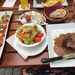 2 super zarte Rinderfilet mit Pfeffersoße, Pommes und Salat, richtig gut !!